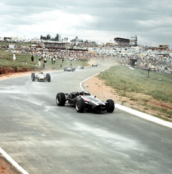 Kyalami, South Africa.31/12/66-2/1/1967.Jochen Rindt (Cooper T81 Maserati) and Jack Brabham (Brabham BT20 Repco) lead at the start.Ref-3/2491.World Copyright - LAT Photographic
