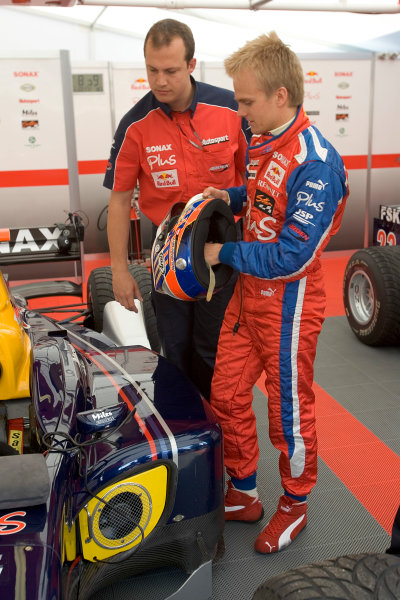 2005 GP2 Series - ImolaAutodromo Enzo e Dino Ferrari, Italy. 21st - 24th April.Friday PracticeHeikki Kovalainen (FIN, Arden International) prepares in the garage with a mechanic.Photo: GP2 Series Media Serviceref: Digital Image Only.