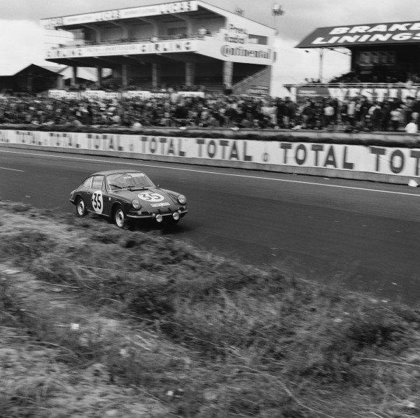 Le Mans, France. 18th - 19th June 1966. Franc/Jean Kerguen (Porsche 911S), 14th position, action. World Copyright: LAT Photographic Ref:  35013.