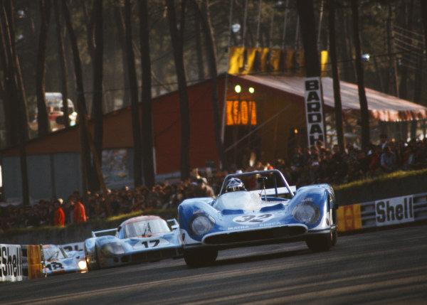 Jean-Pierre Beltoise / Chris Amon, Equipe Matra, Matra-Simca MS660, leads Jo Siffert / Derek Bell, J. W. Automotive Engineering, Porsche 917L, and Pedro Rodriguez / Jackie Oliver.