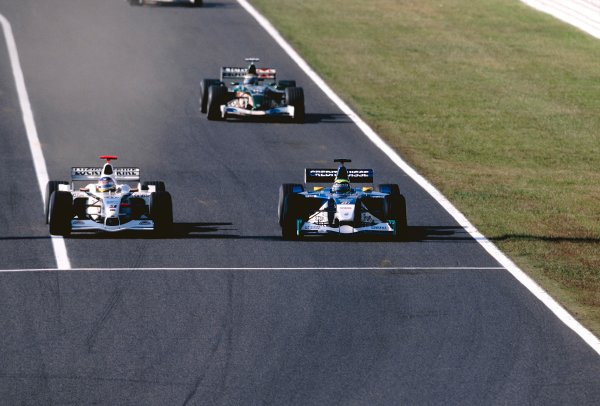 2002 Japanese Grand Prix.Suzuka, Japan. 11-13 October 2002.Jacques Villeneuve (B.A R. 004 Honda) goes down the inside of Felipe Massa (Sauber C21 Petronas) to overtake.World Copyright - Clive Rose/LAT Photographicref: 35mm Image 02_Jap_05(60MB Jpeg Image, also available as 60MB Tiff on request)