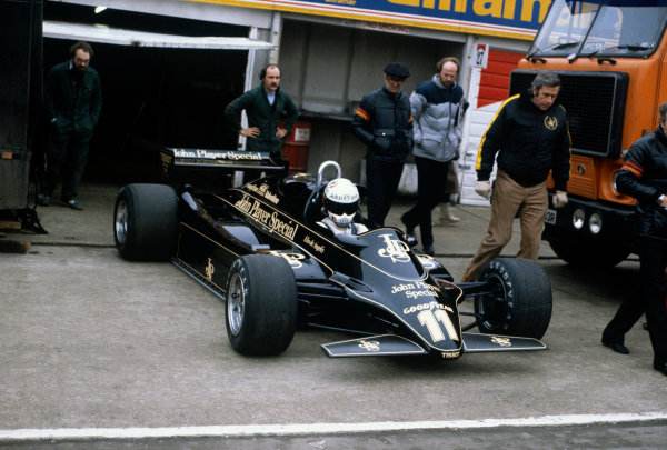 Brands Hatch, England.Elio de Angelis (Lotus 91-Ford), preparing to leave the pit lane, action. World Copyright: LAT Photographic.Ref:  82TestBrands05