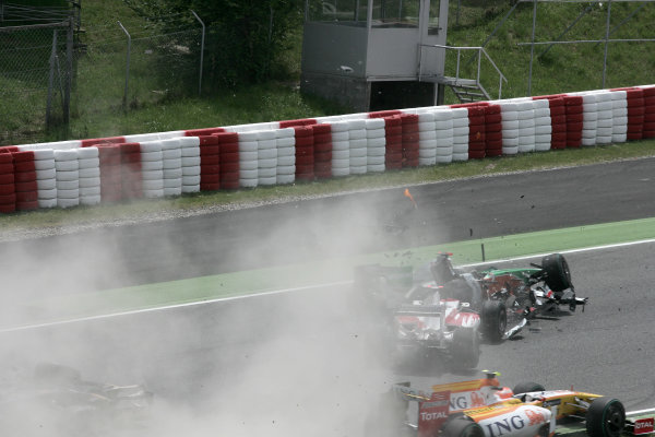 Circuit de Catalunya, Barcelona, Spain10th May 2009Jarno Trulli, Toyota TF109 crashes with Adrian Sutil, Force India VJM02 Mercedes and Sebastien Bourdais, Toro Rosso STR04 Ferrari on the first lap of the race. Action.World Copyright: LAT Photographicref: Digital Image HA0I1072