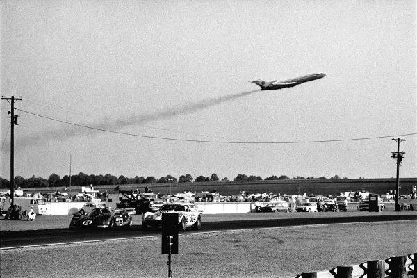 1971 Daytona 24 Hours. Daytona, Florida, USA. 30th - 31st January 1971. Rd 2. Mark Donohue/David Hobbs (Ferrari 512M), 3rd position, passes John Greenwood/Allan Barke/Dick Lang (Chevrolet Corvette), 10th position, as Air Force 1, jets off from the airport, action.  World Copyright: LAT Photographic.