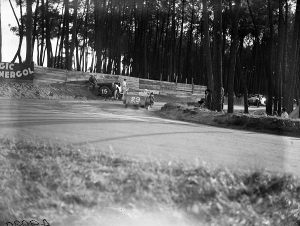 Maurice Benoist / Louis Balart, Tracta Type A, passes the crashed Francis Samuelson / Frank King, F. E. Metcalfe, Lagonda OH 2L Speed, and chases after Georges Casse / André Rousseau, Salmson GS.