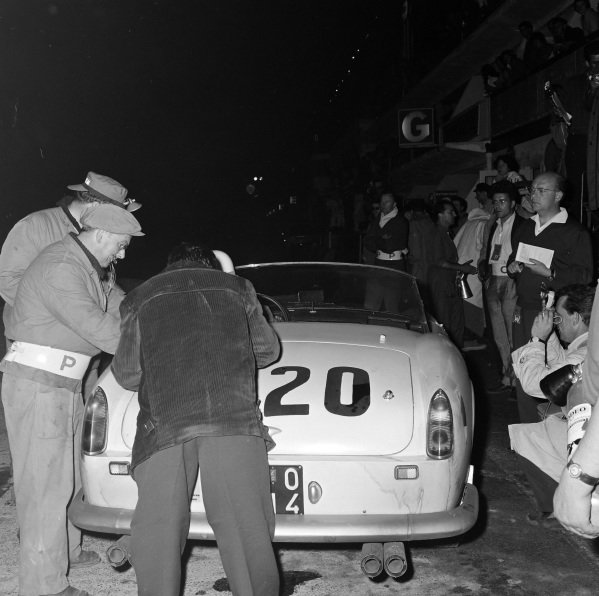 Jo Schlesser / William Sturgis, North American Racing Team, Ferrari 250 GT California, makes a pitstop.
