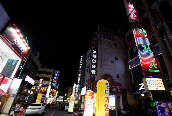 Korea International Circuit, Yeongam-Gun, South Korea. Thursday 3rd October 2013. A street in Mokpo, Korea. World Copyright: Charles Coates/LAT Photographic. ref: Digital Image _N7T8346