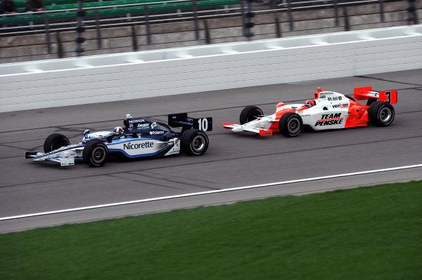 Dario Franchitti (GBR) Ganassi Racing, leads Helio Castroneves (BRA), Team Penske.IndyCar Series, Rd3, Road Runner Turbo 300, Kansas Speedway, Kansas, USA. 25-26 April 2009.