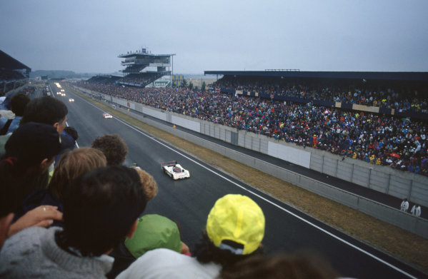 1992 Le Mans 24 Hours. Le Mans, France. 20th - 21st June 1992. Philippe Alliot/Mauro Baldi/Jean-Pierre Jabouille (Peugeot 905 Evo 1), 3rd position, leads at the start, action. World Copyright: LAT Photographic. Ref:  92LM18.