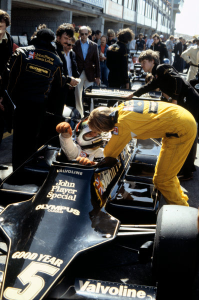 Zandvoort, Holland. 25-27 August 1978. Mario Andretti (Lotus 79-Ford), 1st position, with Ronnie Peterson (Lotus 79-Ford), 2nd position,  in the pit lane during practice, action.  World Copyright: LAT Photographic. Ref: 78HOL32