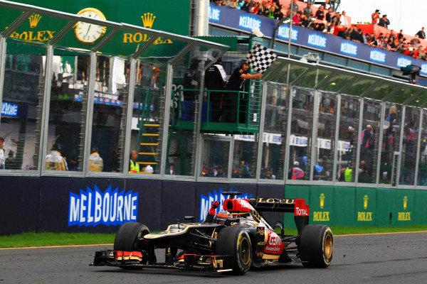 Race winner Kimi Raikkonen (FIN) Lotus E21 crosses the line and takes the chequered flag. Formula One World Championship, Rd1, Australian Grand Prix, Race, Albert Park, Melbourne, Australia, Sunday 17 March 2013.  BEST IMAGE