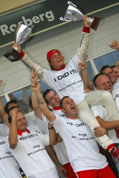2005 GP2 Series - BahrainSakhir, Bahrain28th-30th September 2005Friday race 22005 GP2 champion Nico Rosberg (D, ART Grand Prix) celebrates victory with team Portrait. Copyright: GP2 Series Media Service ref: Digital Image Only