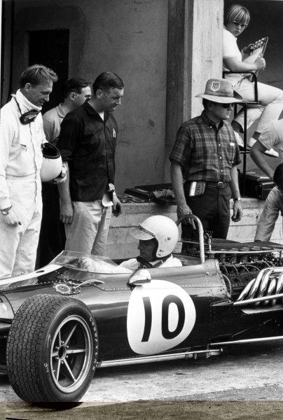 1967 Italian Grand Prix.Monza, Italy. 10 September 1967.Dan Gurney, Eagle AAR104-Weslake, retired, in the pitlane with Ludovico Scarfiotti, Eagle AAR103-Weslake, retired, during practice, portrait, helmet.World Copyright: LAT PhotographicRef: Motor b&w print