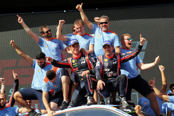 Rally winners Thierry Neuville (BEL) / Nicolas Gilsoul (BEL), Hyundai Motorsport WRC celebrate on the podium with the team at World Rally Championship, Rd13, Rally Australia, Day Three, Coffs Harbour, New South Wales, Australia, 19 November 2017.
