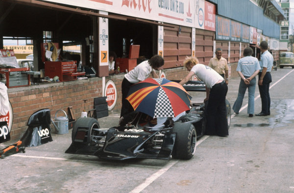 1973 South African Grand Prix.  Kyalami, South Africa. 1st - 3rd March 1973.  Jackie Oliver (Shadow DN1A-Ford), retired, pit lane action.  World Copyright: LAT Photographic.