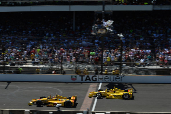Indy 500 winner Ryan Hunter-Reay (USA) Andretti Autosport leads second placed Helio Castroneves (BRA) Team Penske past the chequered flag to take victory and the second closest finish in Indianapolis 500 history. Verizon IndyCar Series, Rd4, Indianapolis 500, Indianapolis, USA, Sunday 25 May 2014.