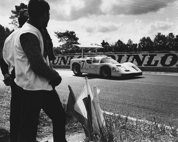 1967 Le Mans 24 hours. Le Mans, France. 10th - 11th June 1967. Mike Spence / Phil Hill (Chaparral 2F Chevrolet), retired, action.  World Copyright: LAT Photographic. Ref:  L67 - 407 - 20.