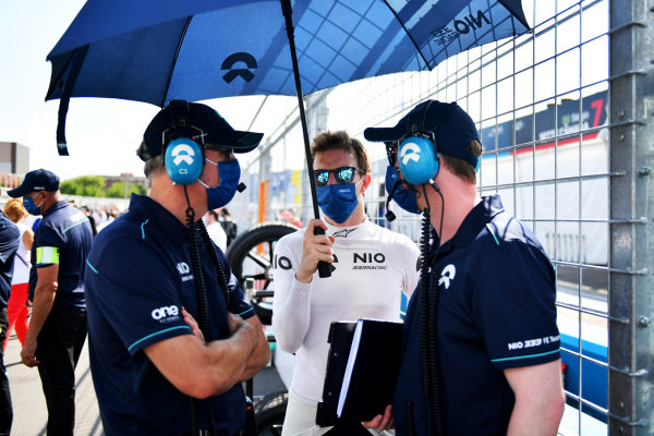 Oliver Turvey (GBR), NIO 333, on the grid with engineers
