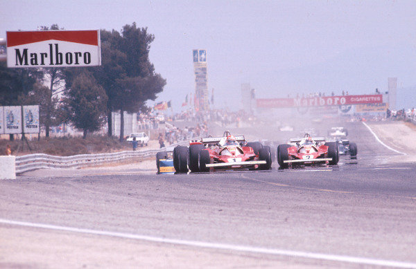 1976 French Grand Prix.Paul Ricard, Le Castellet, France.2-4 July 1976.Niki Lauda (Ferrari 312T2) leads the field at the start. Ref-76 FRA 07.World Copyright - LAT Photographic