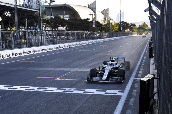 Race Winner Valtteri Bottas, Mercedes AMG F1 crosses the Finish line