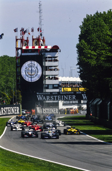 Ralf Schumacher, Williams FW23 BMW, leads the field at the start.