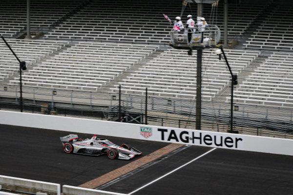 #12: Will Power, Team Penske Chevrolet takes the checkered flag