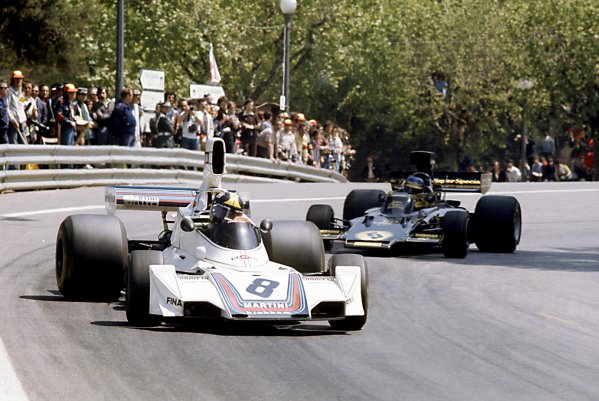 1975 Spanish Grand Prix.Montjuich Park, Spain. 27 April 1975.Carlos Pace, Brabham BT44B-Ford, retired, leads Ronnie Peterson, Lotus 72E-Ford, retired, action.World Copyright: LAT PhotographicRef: 35mm transparency 75SPA