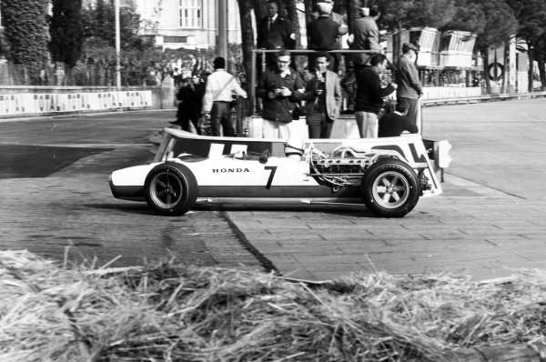 1967 Monaco Grand Prix Monte Carlo, Monaco. 7 May 1967 John Surtees, Honda RA273, retired, action World Copyright: LAT PhotographicRef: L67/273 #13