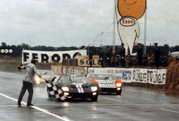 Bruce McLaren (NZL) and Chris Amon (NZL) Ford GT40 Mk II take the chequered flag to win just ahead of Shelby American Inc. team mates Denny Hulme (NZL) and Ken Miles (USA) Ford GT40 Mk II. Le Mans 24 Hours Race, Le Sarthe, France, 19 June 1966.