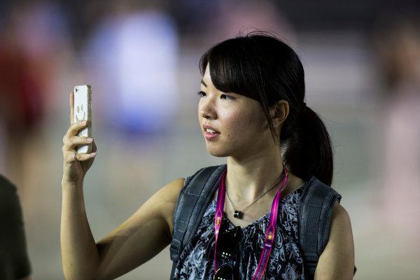 Marina Bay Circuit, Marina Bay, Singapore. Sunday 18 September 2016. Fans on the track after the race. World Copyright: Sam Bloxham/LAT Photographic ref: Digital Image _SLA2179