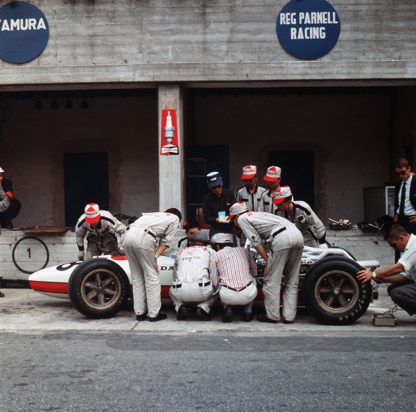 Monza, Italy. 2-4 September 1966.Mechanics work on the Honda RA273 of Richie Ginther in the pits.Ref-3/2346.World Copyright - LAT Photographic