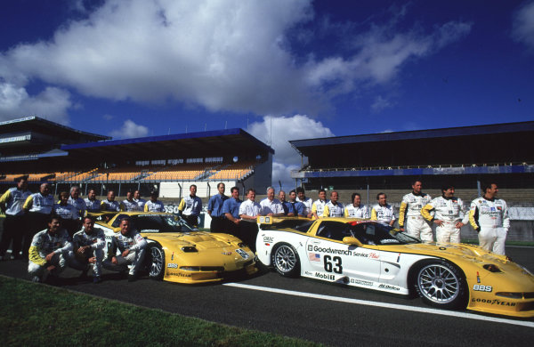 Le Mans Pre-Qualifying.Le Mans, France, 29th - 30th April 2000.The Corvette Racing, Gary Pratt C5-R line up of drivers and team.World - Bellanca/LAT PhotographicTel: +44 (0) 208 251 3000Fax: +44 (0) 208 251 3001E-mail: digital@latphoto.co uk