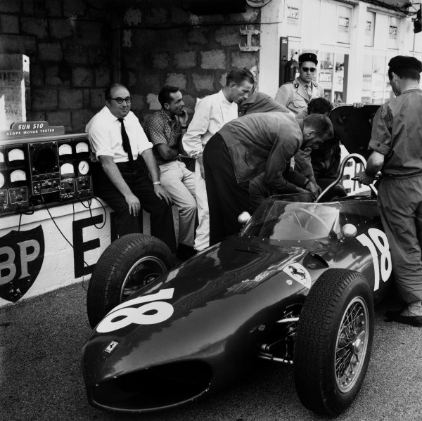 Reims, France. 30 June-2 July 1961.Carlo Chiti, Ferrari engine designer sitting on the pit wall with Phil Hill and Richie Ginther, portrait.World Copyright - LAT Photographicref : 9318