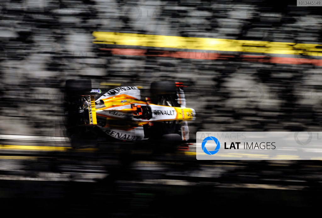 Marina Bay Circuit, Singapore. 26th September 2009. Fernando Alonso, Renault R29. Action.  World Copyright: Steve Etherington/LAT Photographic ref: Digital Image SGP_6540