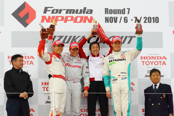 Rd 7 Suzuka, Japan. 6th - 7th November 2010.Race1, Winner Loic Duval ( #1 DOCOMO TEAM DANDELION RACING ), 2nd position Takashi Kogure ( #32 NAKAJIMA RACING )  3rd position Andre Lotterer ( #36 PETRONAS TEAM TOM'S ) with team director Kiyoshi Muraoka, podium.World Copyright: Yasushi Ishihara/LAT Photographic.Ref: 2010FN_R7_008.