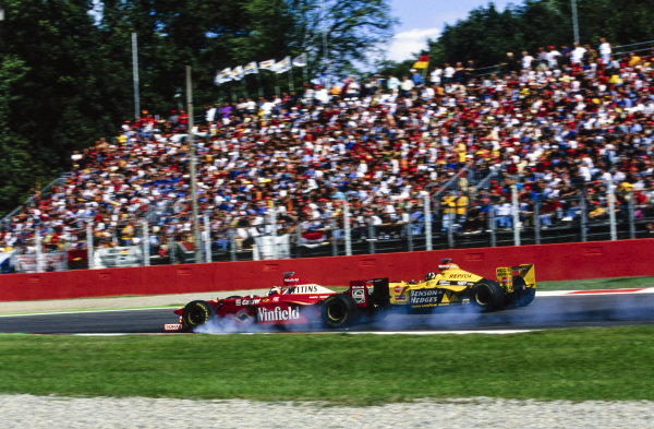 Heinz-Harald Frentzen, Williams FW20 Mecachrome, locks up while battling with Damon Hill, Jordan 198 Mugen-Honda.