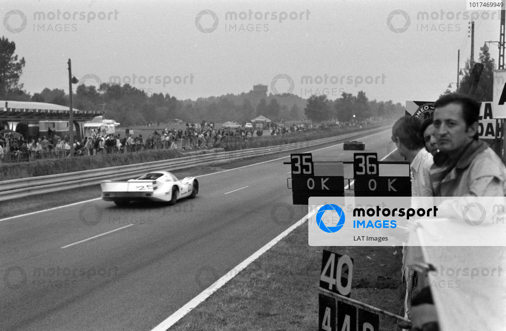 Pitboards are shown as Vic Elford / Kurt Ahrens Jnr., Porsche KG Salzburg, Porsche 917 LH - Porsche 912, passes.