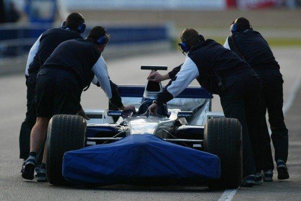 The Williams mechanics recover a broken down car.Formula One Testing , 12 - 15 December 2002Jerez, Spain.DIGITAL IMAGE