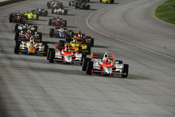 Race winner Ryan Briscoe (AUS) leads at the start of the race. IndyCar Series, Rd15, Peak Anti Freeze 300, Chicagoland Speedway, Joliet, Illinois, USA, 29-30 August 2009.