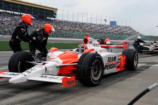 Helio Castroneves (BRA), Team Penske, makes a pit stop.IndyCar Series, Rd3, Road Runner Turbo 300, Kansas Speedway, Kansas, USA. 25-26 April 2009.