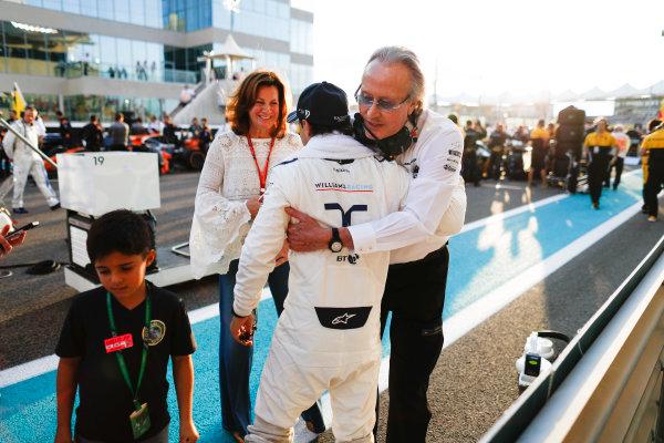 Yas Marina Circuit, Abu Dhabi, United Arab Emirates. Sunday 26 November 2017. Felipe Massa, Williams Martini Racing, with Mansour Ojjeh, CEO, TAG, on the grid. World Copyright: Glenn Dunbar/LAT Images  ref: Digital Image _X4I9003