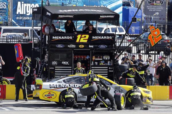 #12: Ryan Blaney, Team Penske, Ford Mustang Menards/Pennzoil Ford pit stop