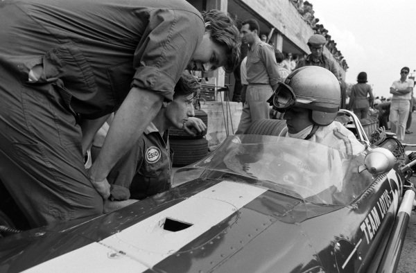Giancarlo Baghetti, Lotus 49 Ford, talks with mechanics in the pit lane.