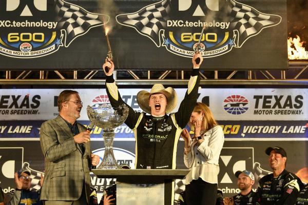 Josef Newgarden, Team Penske Chevrolet celebrates the win in victory lane with six-guns