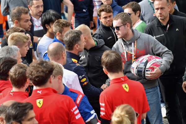 Brother of Anthoine Hubert (FRA, BWT ARDEN) shakes hands with Christian Horner, Team Principal, Red Bull Racing