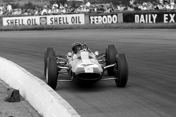 Race winner Jim Clark (GBR) Lotus 25.