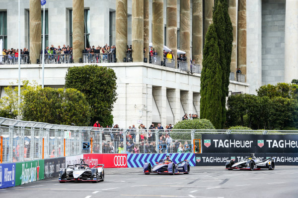 Sébastien Buemi (CHE), Nissan e.Dam, Nissan IMO1, leads Robin Frijns (NLD), Envision Virgin Racing, Audi e-tron FE05, and Oliver Rowland (GBR), Nissan e.Dams, Nissan IMO1