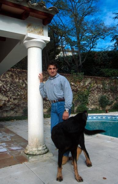 Jean Alesi (FRA) at home by the pool with one of his dogs.Formula One Drivers at Home Feature.Catalogue Ref.: 15-167. Sutton Motorsport Images Catalogue