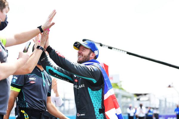 Sam Bird (GBR), Jaguar Racing, 1st position, heads to the podium