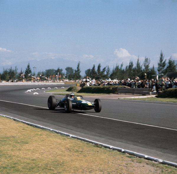 Mexico City, Mexico. 25th October 1964. Rd 10. Jim Clark, Lotus 33-Climax, 5th position, action. World Copyright: LAT Photographic